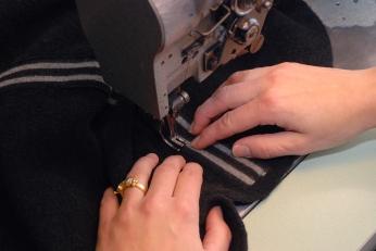 Här sys ränderna fast på klänningen.