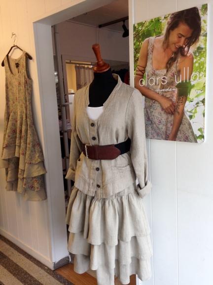Jacka och kjol av 100% lin från Olars Ulla. Skärp av läder/resår.