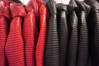 Jackorna finns i rött och svart