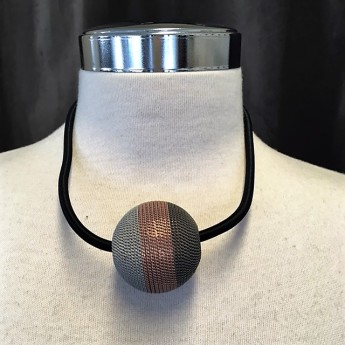Trefärgat kort halsband